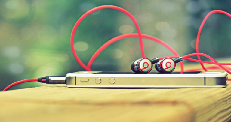HD-Wallpapers-of-iPhone-5-With-Dr.-Dre-Handsfree